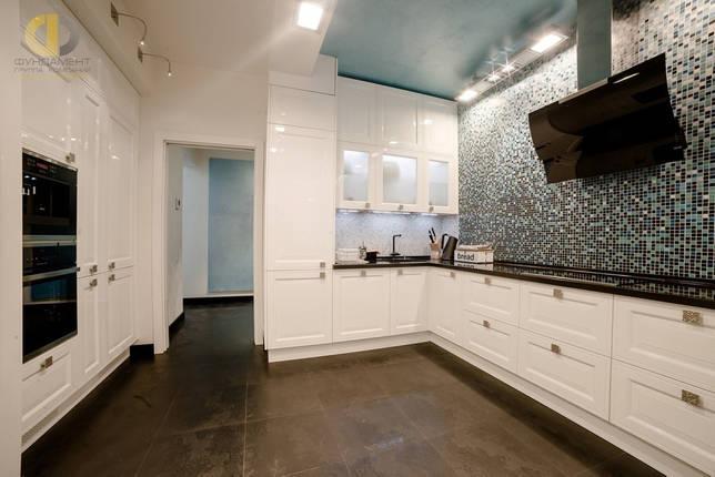 Интерьер кухни с бирюзовым потолком и мозаичной стеной в ЖК «Алексеевский»