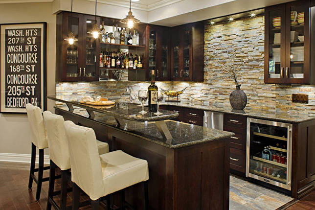 Стена из камня в интерьере кухни - фото