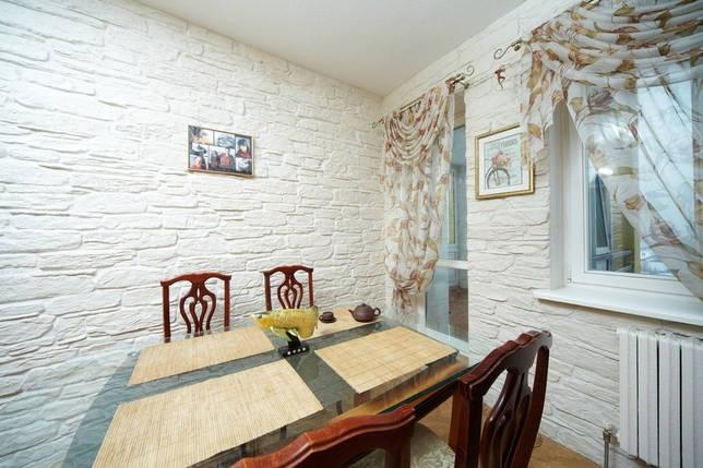 Интерьер кухни с белым камнем на стенах
