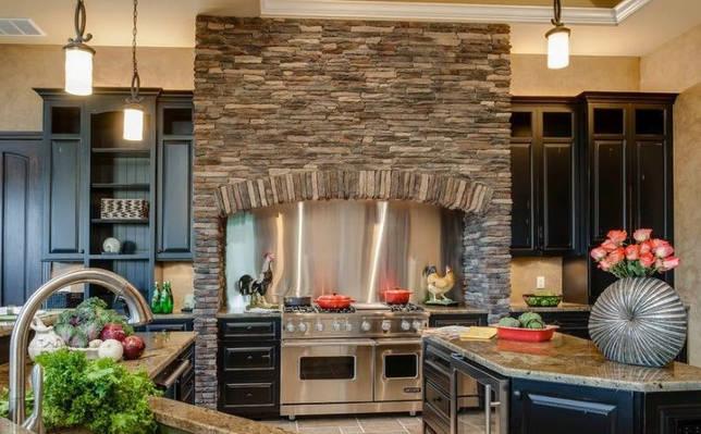 Имитация камина в интерьере кухни городской квартиры
