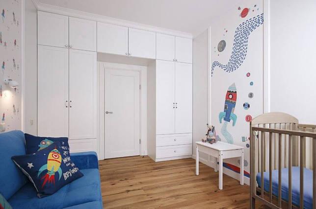 Шкаф вокруг двери в детской
