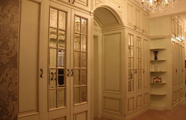 шкаф вокруг дверного проёма в прихожей